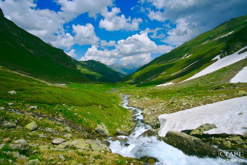 Долина реки Большая Дукка на маршруте к озеру Семицветному