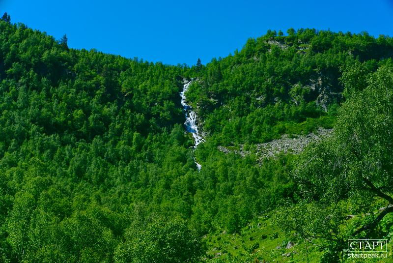 Водопад на пути к озеру Орлёнок в Архызе