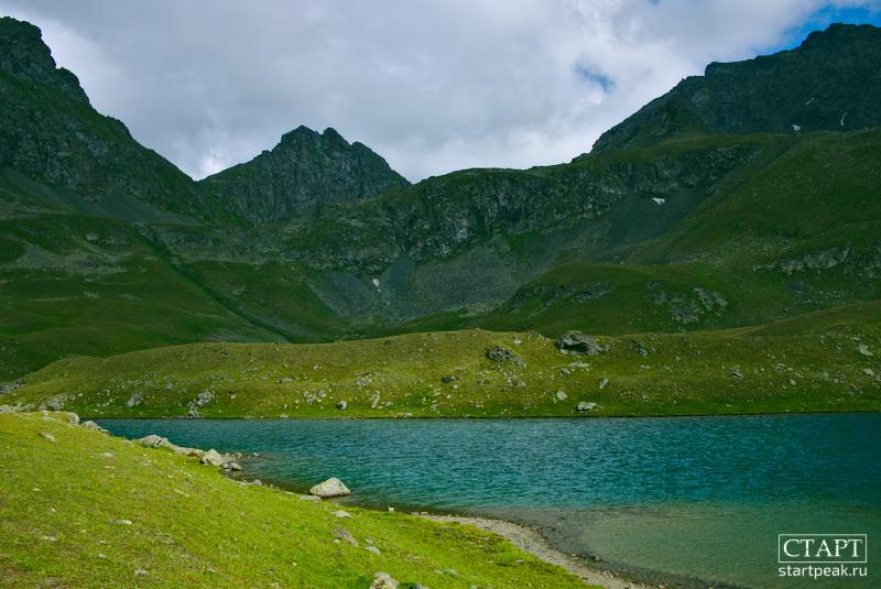 Бирюзовое озеро в горах