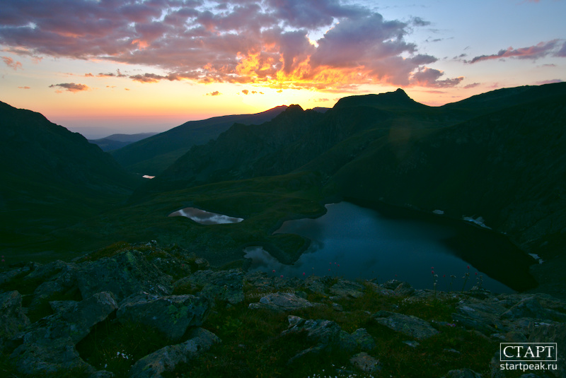 Утренняя заря над горным озером