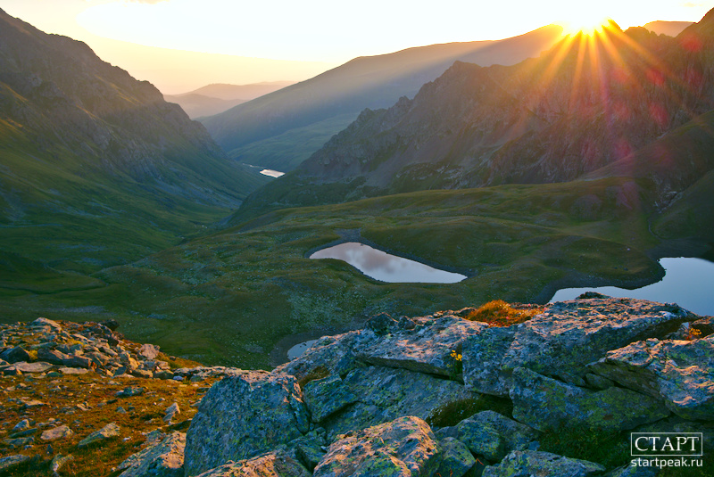 Рассвет у горного озера