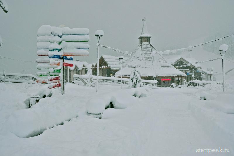 Сервис-центр и указатели под снегом на курорте Архыз