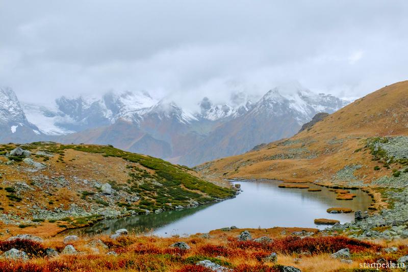 Первый снег и золотая осень в горах